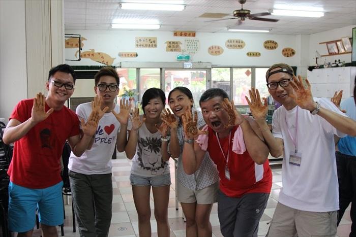 庆安,(《中国报》代表,右二)你的双手最脏也!