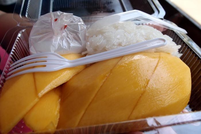 芒果糯米饭 -- 咸咸的糯米和香甜的芒果相结合,味道真是天衣无缝!