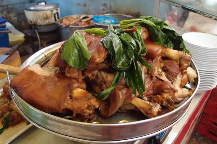 来到泰国怎么不吃猪脚饭呢!?光看都垂涎欲滴了!