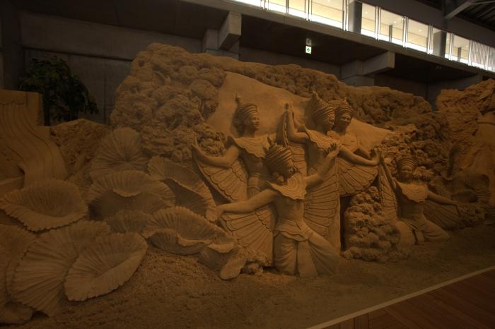 欢乐的进行。自豪的行进中的士兵,给王朝的繁荣增添许多色彩的阿帕萨拉(天女之舞),这些荣华的情形,至今的吴哥遗迹群中仍然能察觉得到。