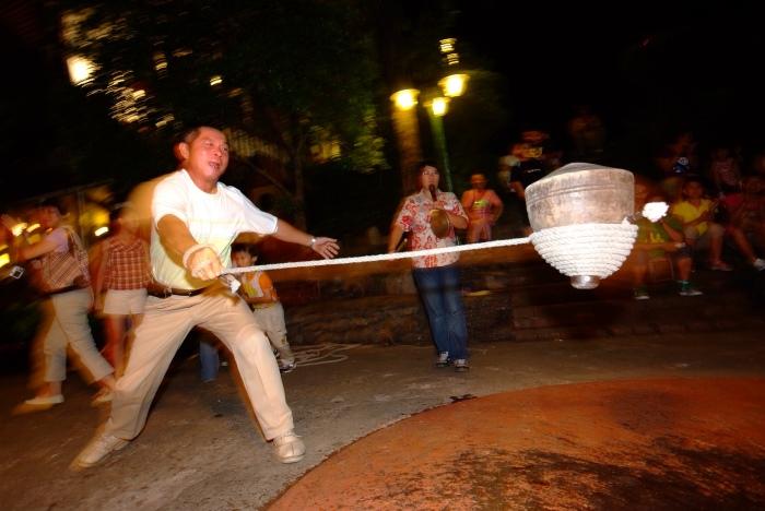 极受国内外游客欢迎的打陀螺游戏。