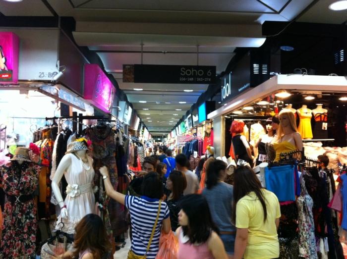 商场分成很多区域,到了中午时分便人山人海。