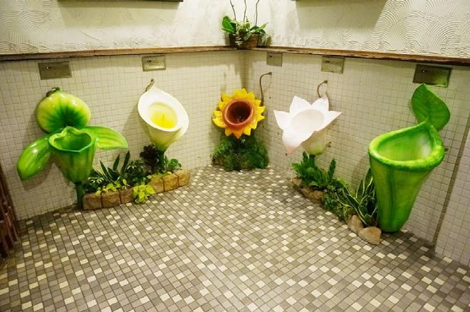 园区内的男厕花朵形状的便斗可是很有名的哦,女生冒着被骂偷窥狂的风险也要进去看看。