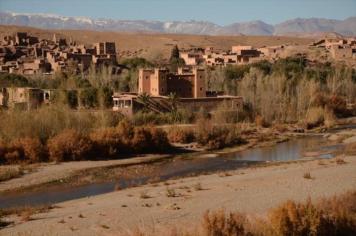 离开南区往北部城市Quazaza前进,一开始虽然还是沙漠地形人烟稀落,但后来就越来越多的绿洲村落,原来这是古代前往马里的贸易之路,自然就成为人类的聚集点。