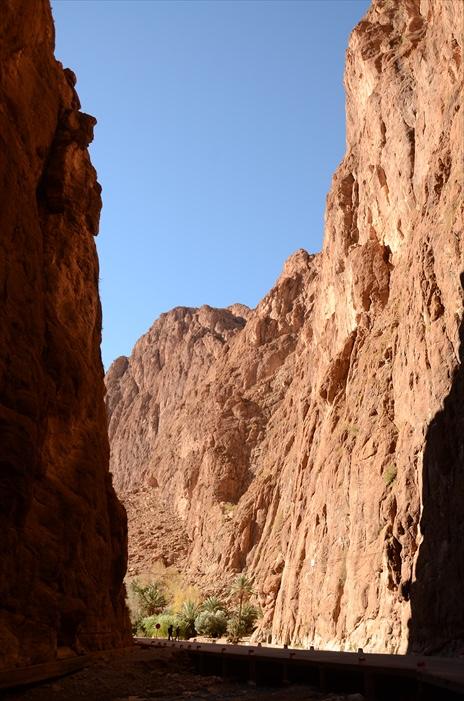 到下一个沙漠途中经过的大峡谷Les gorges de Dades,在此我们稍作休息。这一段峡谷1公里长,莫哈马要我们下车步行,可是拍摄峡谷。在峡谷的入口处有一片绿洲,河水潺潺的流着,生命总是跟水联系在一起,一片生机勃勃的景色。可是,冬天并没有让我们觉得这段步行多么自在,尽管抬头的峡谷上方是大片阳光和蓝天,谷底里吹起风,寒意刺骨!我们只想快速地逃离此谷,走得尽是匆匆太匆匆!