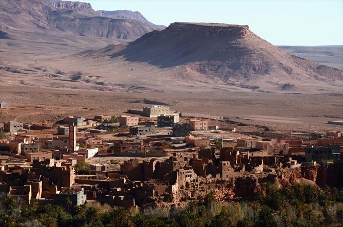 摩洛哥撒哈拉沙漠特别是因为地形丰富,而且一路上保有许多古老土城,许多土城经过长年风蚀和风化,已非原貌。但也有许多被修复,公开给游客参观,需要付费进入。