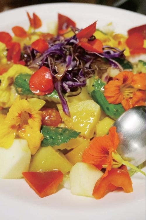 加入了金莲花及海棠的桂花醋养生沙拉。