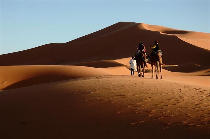 终于到达著名的沙丘地Erg Chebbi沙丘,她的地形优美,色泽鲜艳,那些赋予撒哈拉生命的沙,在不同的光线,不同的角度,造就了不同的沙漠。它时而像舞动的丝绸,时而像流动的溪流。特别是在落日时分,绵延无际、起起伏伏的沙丘,从金黄色转变成橘红,煞是好看!