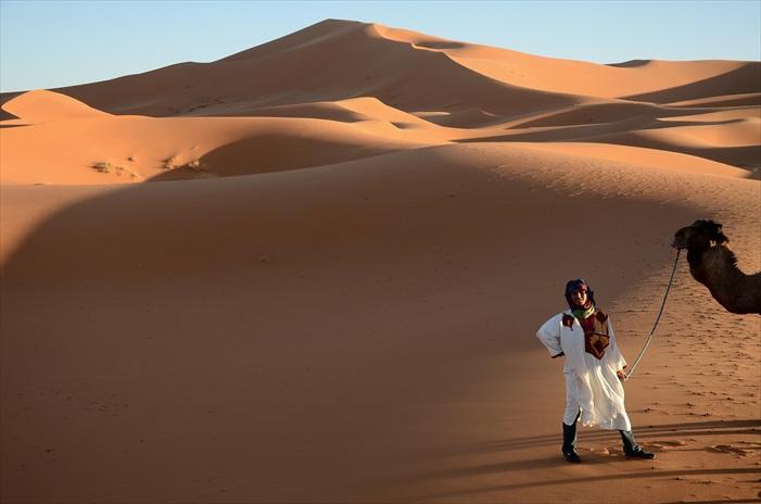 回程依然得骑在骆驼上,摇摇晃晃的60分钟回程,我们眼看天色已黑,心里都着急起来,可是骆驼保持一副慢条斯理的前进速度,加上那硬蹦蹦骑座让屁股快开花了,我们个个暗叫不妙!