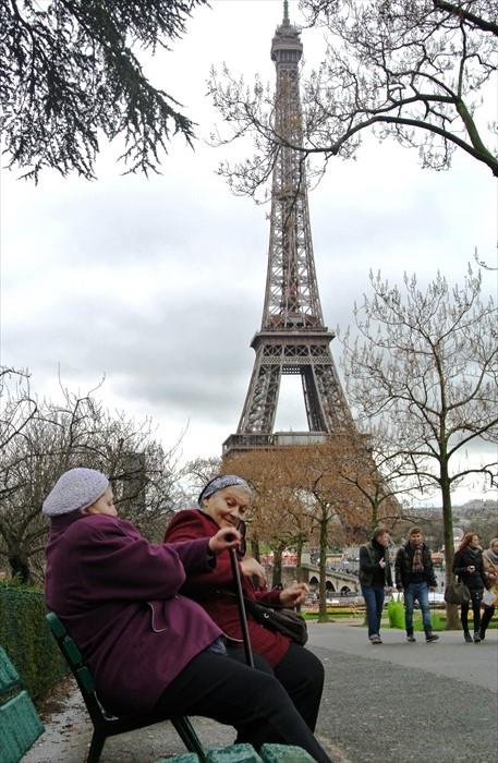 1889年为纪念法国大革命100周年,并迎接巴黎世界博览会而建筑的艾菲尔铁塔,是当时备受争议的建筑。许多名人和市民曾抗议,担心这个巨大建筑会压制城市其他地标建筑如圣母院、罗浮宫和凯旋门等。但今天矗立在塞纳河边的埃菲尔铁塔,是巴黎最为瞩目的地标建筑,更是工业革命的象征。