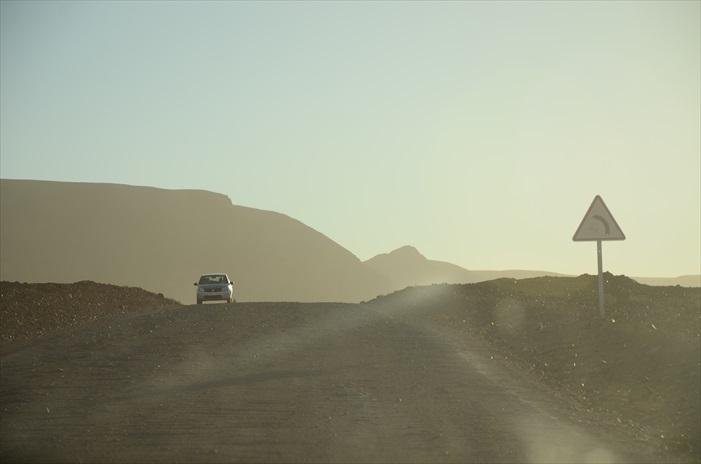 我们的撒哈拉之旅从进入荒漠山区后正式开始,那也是我们来到摩洛哥的第4天。 我们的司机莫罕默那天早上就穿了摩洛哥长袍,娴熟地将头巾缠绕在头上,自豪地说,他是来自这个地区的,他要回家去!