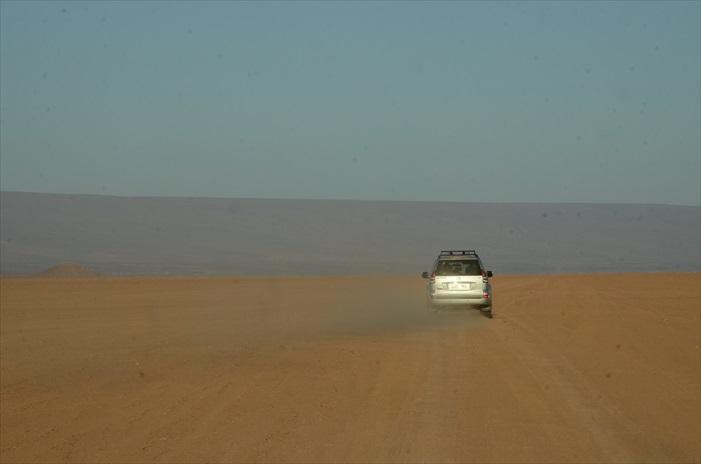 莫罕默快速驾驶着,而在我们车上窗外是一片干旱荒漠,周围没有建筑、没有路,所以无论你怎么走都是路,撒哈拉漠地之旅正式开始…