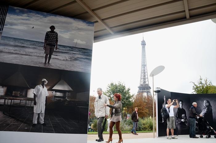 Musee Du Quai Branly文化博物馆专门收藏和展示来自非洲、亚洲、大洋洲和美洲的原始文化艺术品,并把法国原来收藏于人类博物馆、非洲与大洋洲艺术博物馆的馆藏品聚集在一起。博物馆的外墙是一面被植物包裹着的玻璃幕墙,现代感十足。