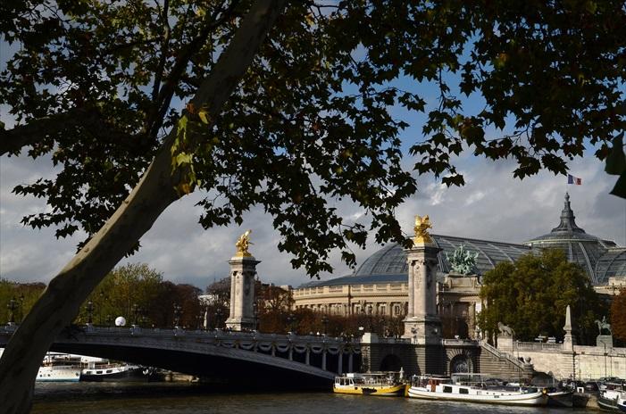 被称为巴黎最美的大桥——亚历山大三世桥(Pont Alexandre III),为全金属结构,长1O7米,宽40米,是一座单拱铁桥,将塞纳河两岸的香榭丽舍与巴黎荣军院广场连接起来。