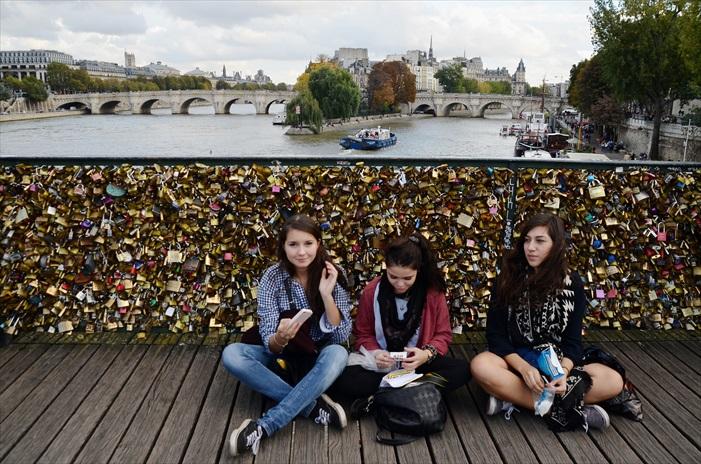 挂满爱情锁的巴黎艺术桥(Pont des Arts),积累了数之不尽的心锁的桥,背负着许多恋人的誓言和故事,希望也能承受起这份爱情重量。