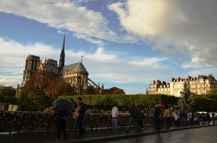 巴黎圣母院后方虽然看起来比不上正门的庄严,但其后院公园的绿意加上塞纳河,看起来特别雅致。位于圣母院后方的小桥也成了另一座爱情锁桥,锁挂了成千的锁。