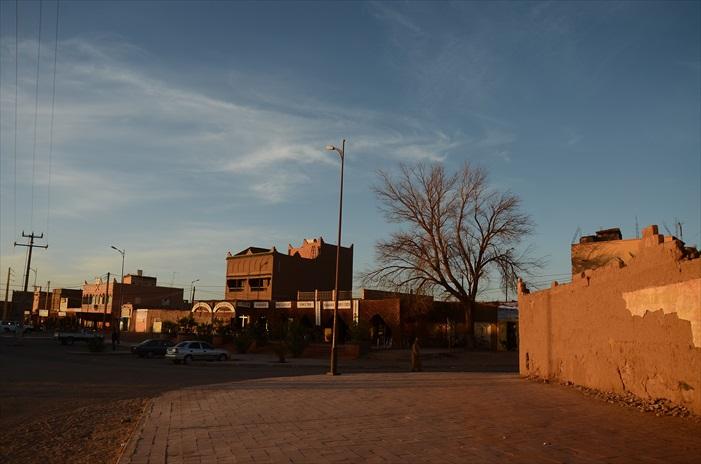 离开Chagaga后,我们来到此南部沙漠最后的沙漠城镇。城镇有一片绿洲种植枣树,市区里有大大小小的旅社和商店,结构和规划相当整齐。