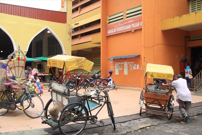 市场外的人力三轮车。