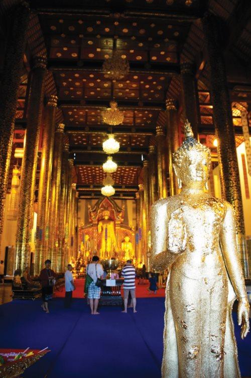 庙宇内外金碧辉煌及精美绝伦的装饰。