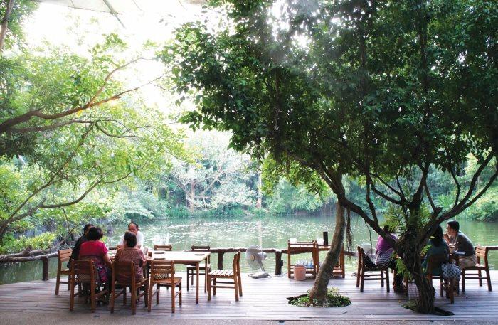 坐在湖水旁用餐,心情也会很愉快喔!