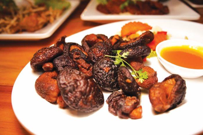 创意的料理烤香菇,可以说原野风味十足。