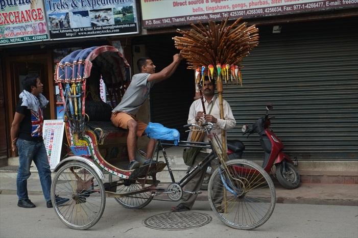 街上的卖笛人和三轮车夫