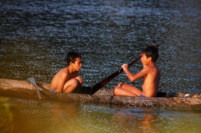 多巴湖的小孩离不开湖水为伴。