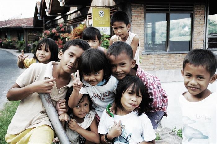爱拍照的岛上小孩。