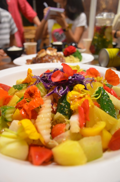"""花露休闲农场无所不用其极,在""""养生沙拉蔬果餐""""内除了各式蔬果,更以鲜花入馔,叫人怎能受得了它的诱惑?"""