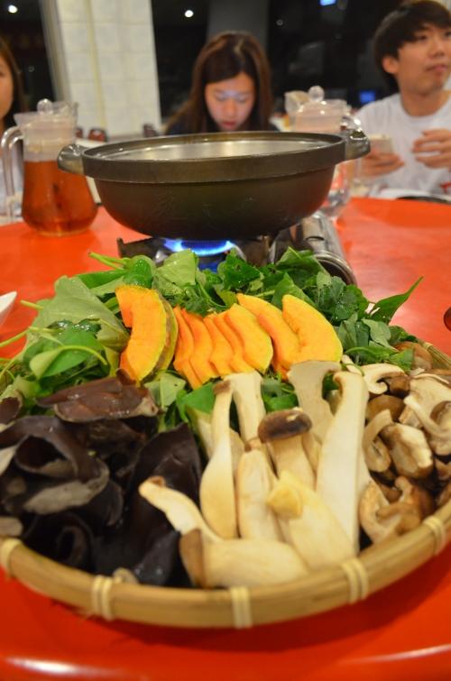 野菜涮涮锅主要以农场内的野菜为主,口感清新。