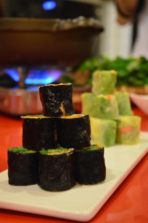 迎春双卷类似越南春卷的做法,蔬菜内陷饱满,一口一块好满足。