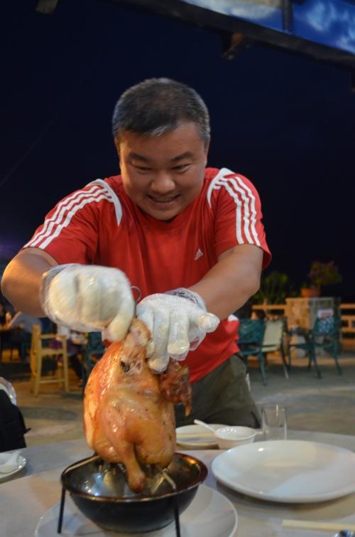 准备好手套让客人亲身体验手撕鸡的乐趣,瓮窑鸡肉刚出炉热辣辣的感觉从手心传到口复中,滋味倍增。