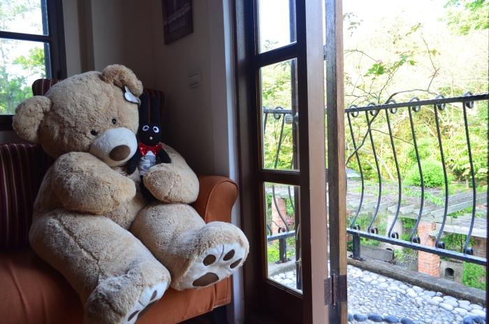 托斯卡尼的向日葵客房外有一小客厅,有着大大的熊熊公仔坐正,入住这里别忘了趁阳光洒落时与熊熊来张合照吧!
