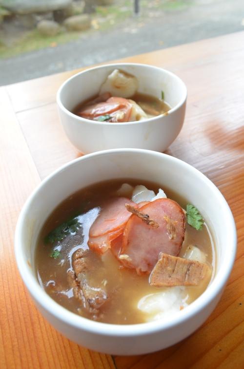 肉粿是屏东道地的小吃,切成厚长条的粿,佐以切片香肠、三层肉、虾猴,再加入虱目鱼骨羹汤,套用一句同伴的说词,那是来自大海的味道。