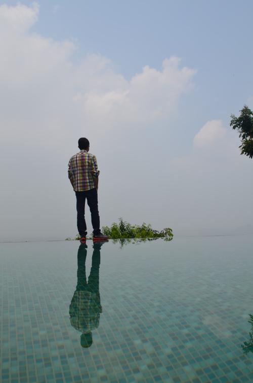 花树下的无边际戏水池,能带来无敌水中倒影,用来做面子书照片够有型。