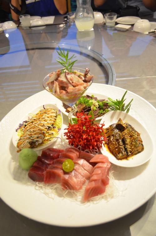 刺身御盛合,内容有着南方黑鲔鱼生鱼片、柠油章鱼、酱卤秋刀、鲔鱼鱼心还有香槟鱼卵,不时不吃。