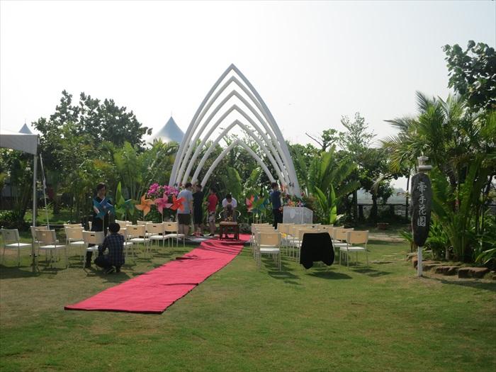 福湾庄园的牵手花园是梦幻草原的婚礼场地。