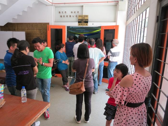 入口处也挤满了人。
