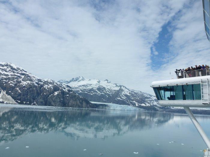 乘坐观览船,瞭望原始冰川。