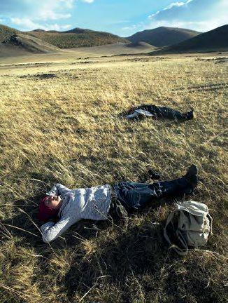 趟在蒙古草原上,大地为床,蓝天为被。