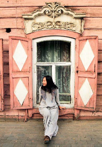 西伯利亚城镇伊尔库茨克,市内有许多窗户装饰得非常漂亮的老木屋。