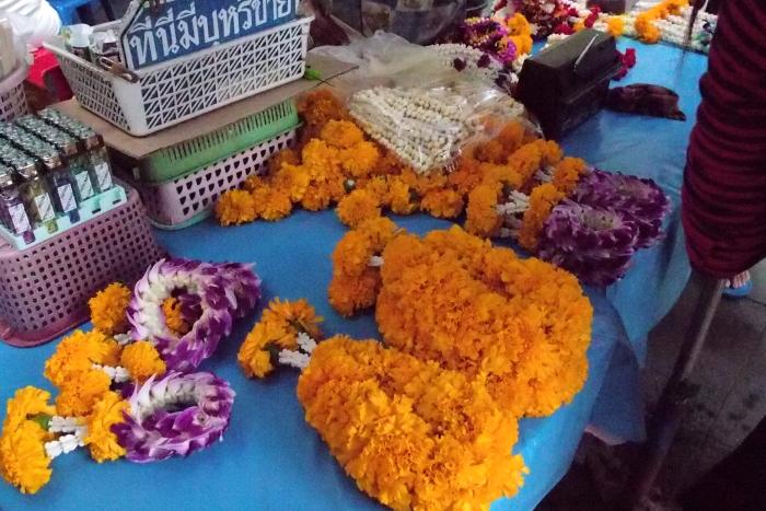 街边有售卖花圈及祭拜品...