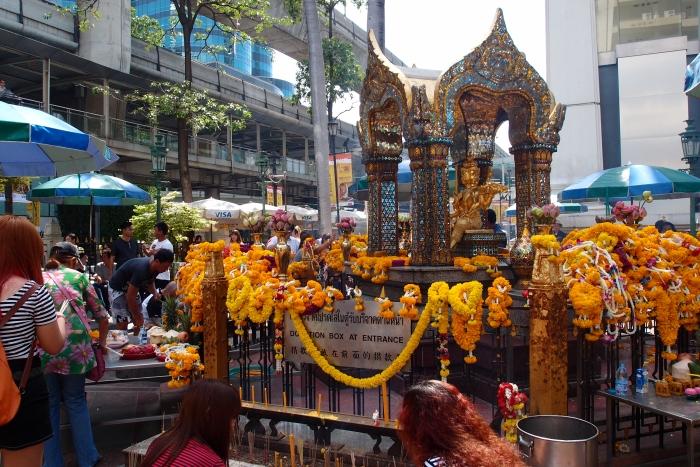 正巧遇到卫塞节,许多来自各国的善男信女都前来祭拜。