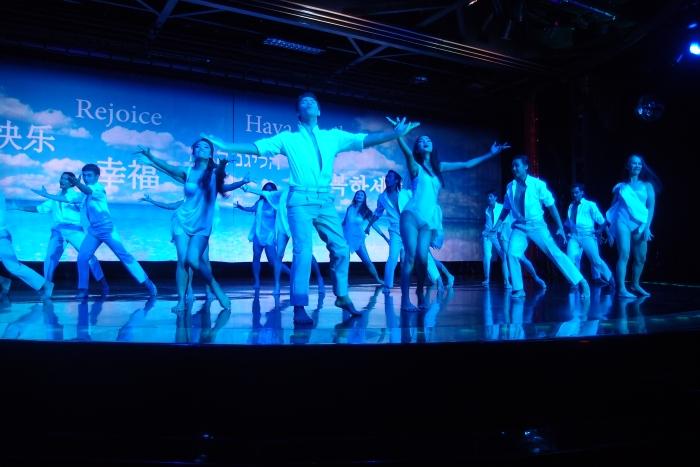 展现出青年男女活力主题的演出,名为:幸福。