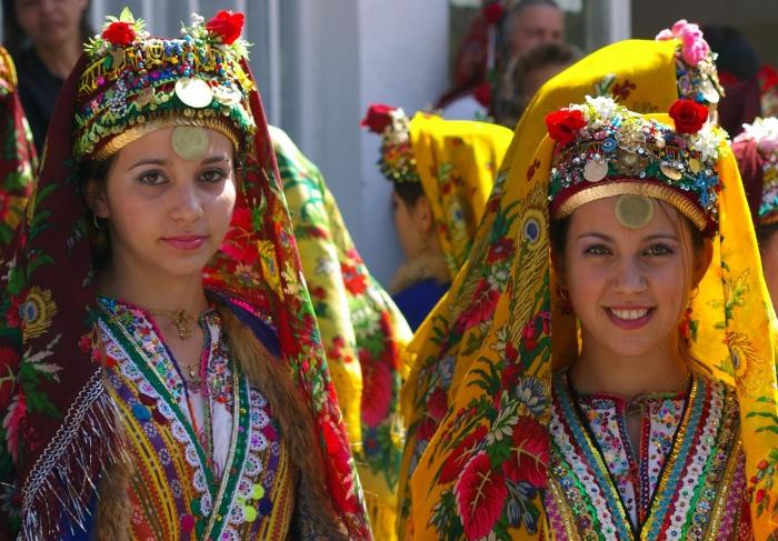 来自布拉戈耶的保加利亚妇女身穿传统服装。