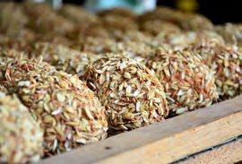 把经浸泡完成的无 铅皮蛋,裹上红土, 再裹上稻壳才完成 的青草皮蛋,制作过 程不难,但却非常耗 时和麻烦。