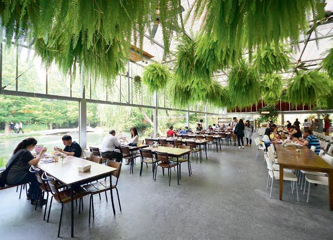 绿建筑节能温室里是餐馆,提供自助餐,能以美景佐美食,看到饱,吃到饱。