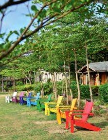 我很喜欢农场里到处都是的彩虹木椅,感觉很好Hea!