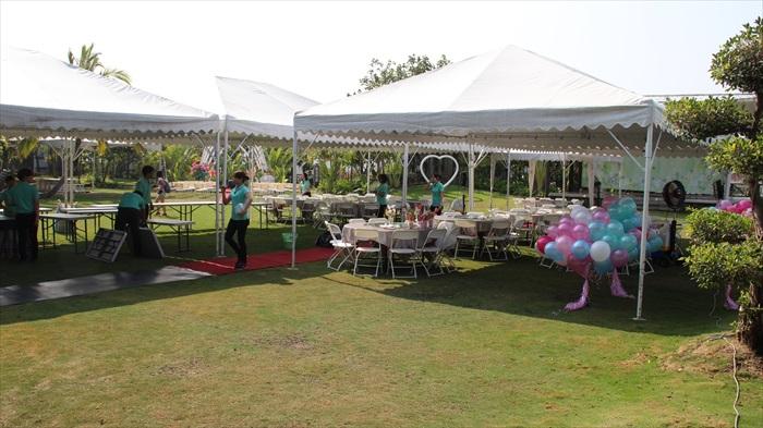 工作人员在准备户外的婚礼场地。