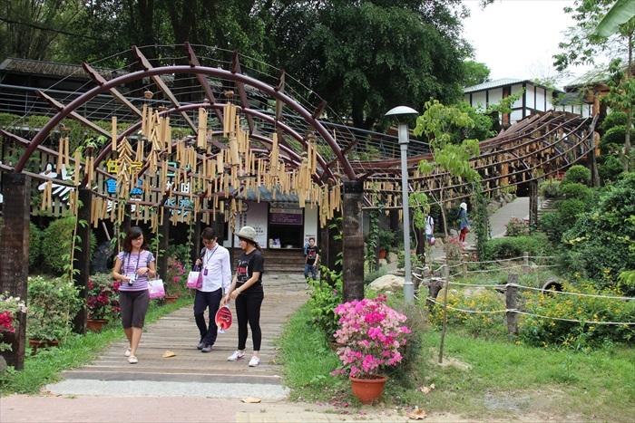 大坑休闲农场游客出入口的途径,琳郎满目的竹铃具备时尚设计。